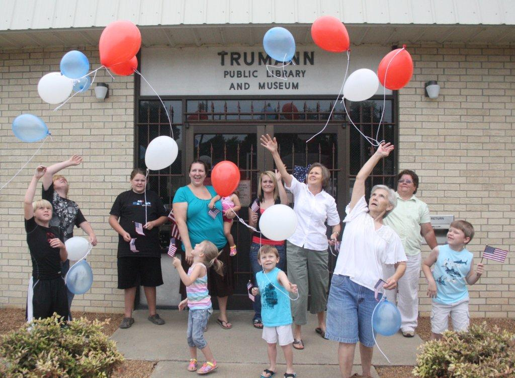 Kids, parents, and staff at the Trumann Public doing a balloon release.